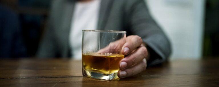 Vluchten voor stress: alcohol – Ontspannen met een borrel?