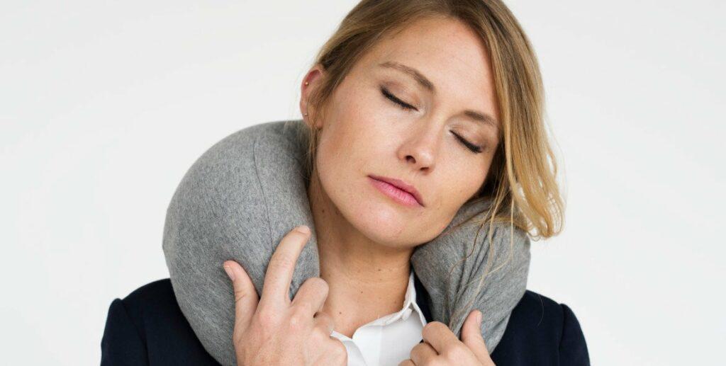 nekpijn door opgetrokken schouders